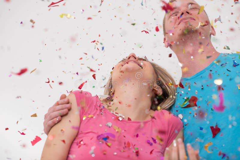 Романтичные молодые пары празднуя партию с confetti стоковое изображение