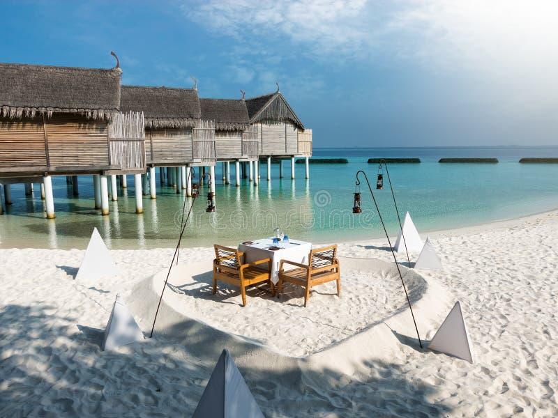 Романтичные обедающий или обед настроили в Мальдивах стоковые изображения rf