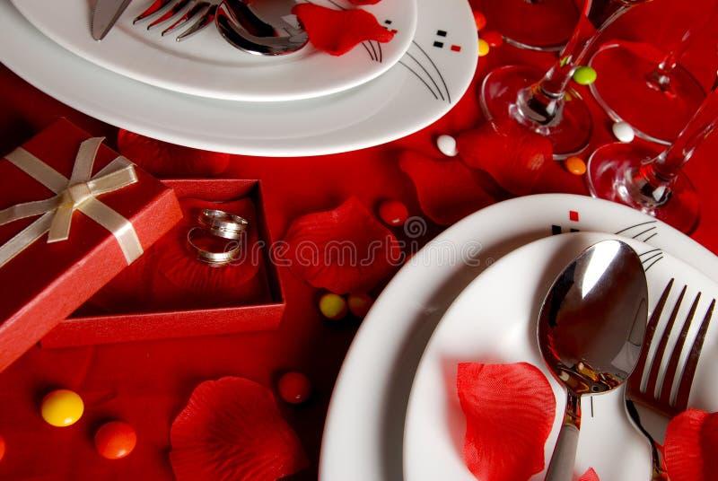 Романтичные обеденный стол и обручальные кольца стоковые фотографии rf
