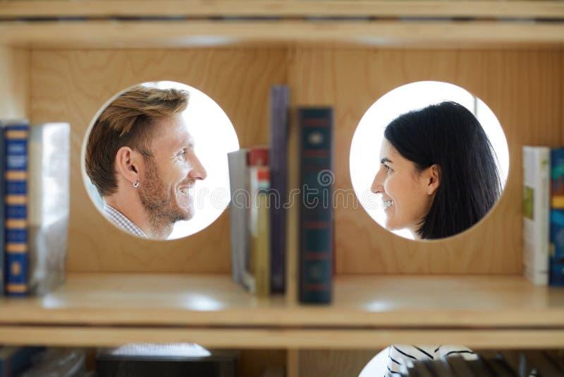 Романтичные пары в библиотеке стоковое изображение
