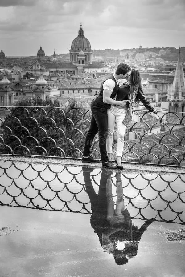 Романтичные пары в городе Рима, Италии любящее отношение Страсть и влюбленность стоковое изображение