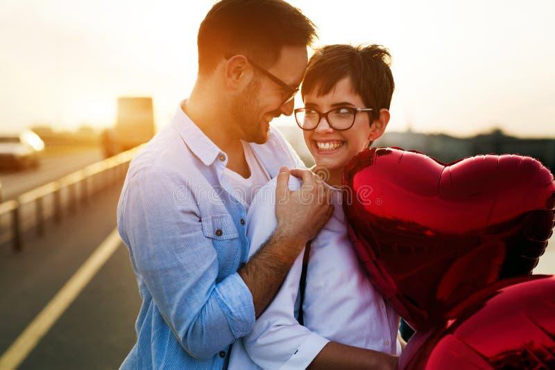 Романтичные пары в датировка влюбленности в заходе солнца внешнем стоковое изображение rf
