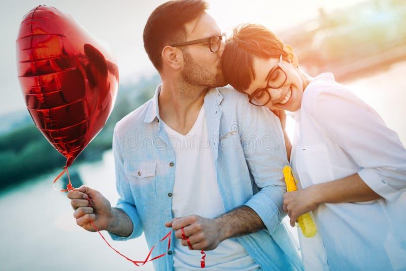 Романтичные пары в датировка влюбленности в заходе солнца внешнем стоковые фотографии rf