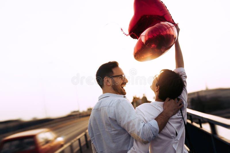 Романтичные пары в датировка влюбленности в заходе солнца внешнем стоковая фотография rf