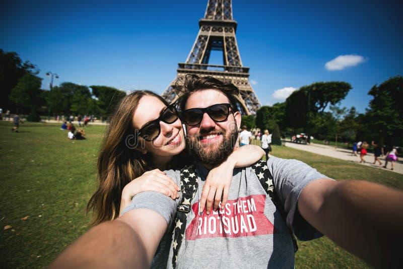 Романтичные пары делая selfie перед Eiffel стоковое фото
