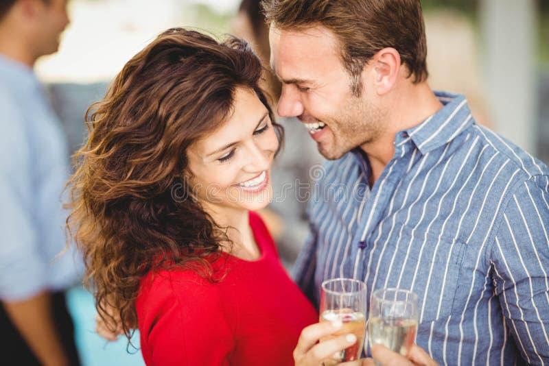 Романтичные пары имея пить стоковые фотографии rf