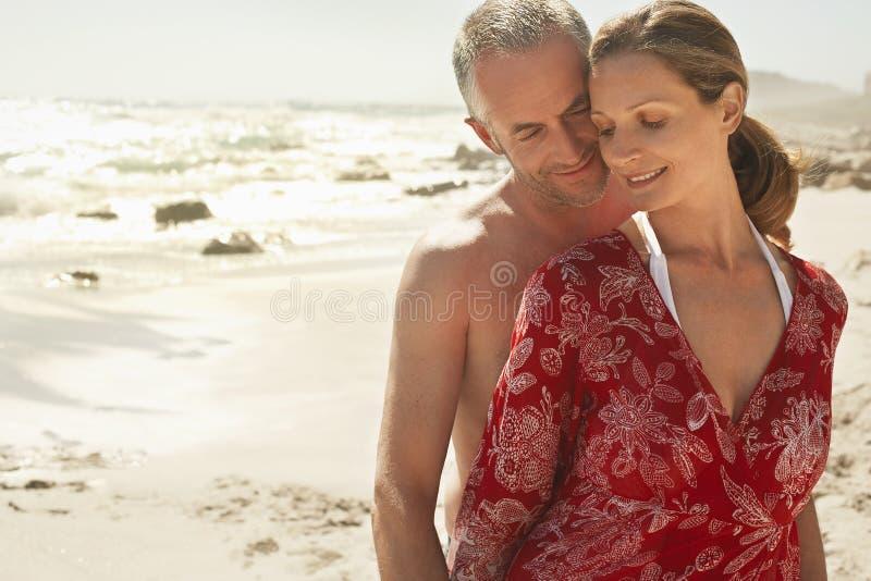 Романтичные пары на пляже стоковая фотография