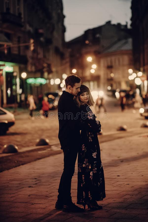 Романтичные пары обнимая в выравнивать улицу Парижа, красивое bearde стоковые фотографии rf