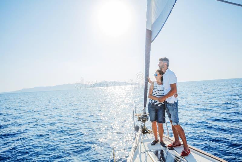Романтичные пары ослабляя на яхте в Греции стоковые изображения