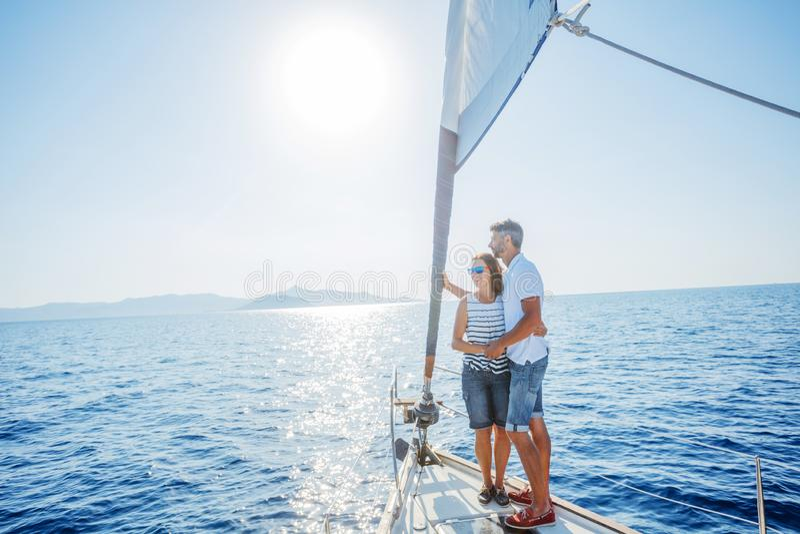Романтичные пары ослабляя на яхте в Греции стоковые фотографии rf