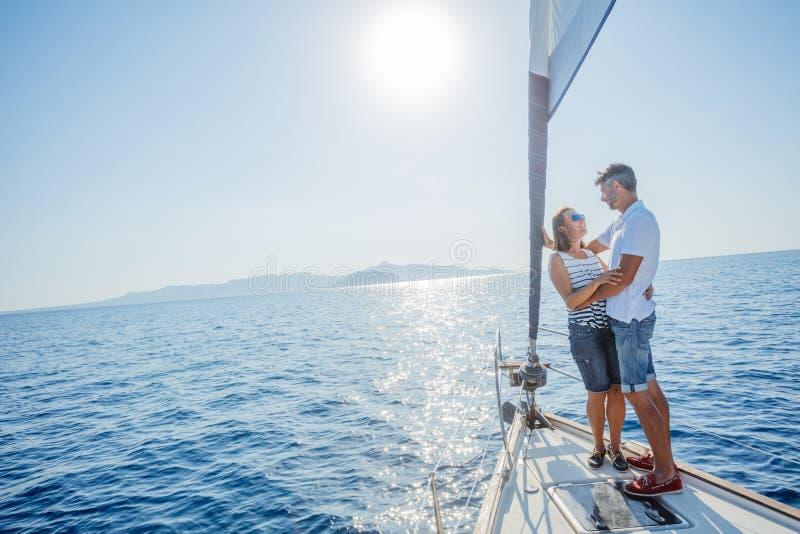 Романтичные пары ослабляя на яхте в Греции стоковое изображение rf