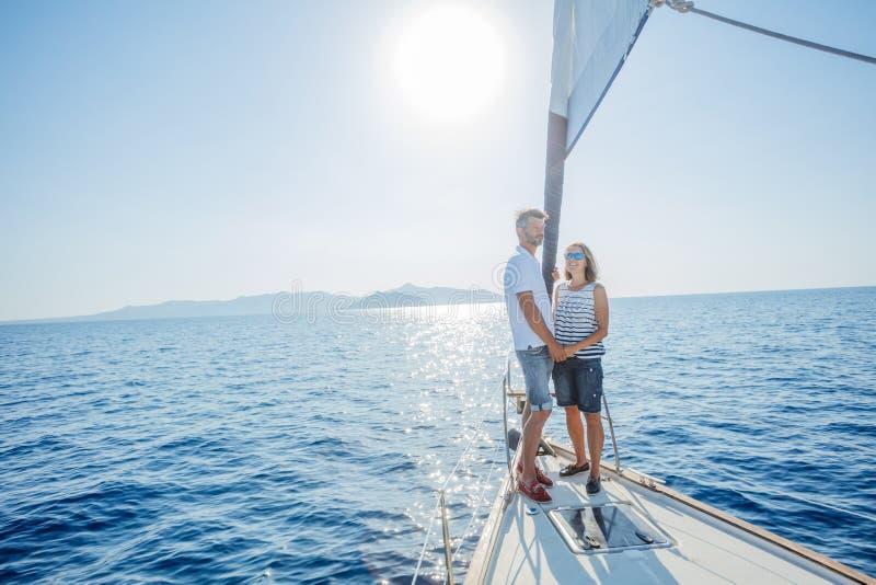 Романтичные пары ослабляя на яхте в Греции стоковое фото