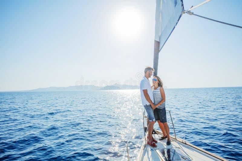 Романтичные пары ослабляя на яхте в Греции стоковое фото rf
