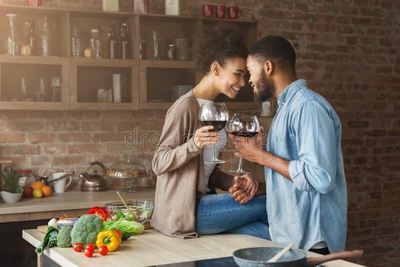Романтичные пары провозглашать один другого с стеклами красного вина стоковые изображения