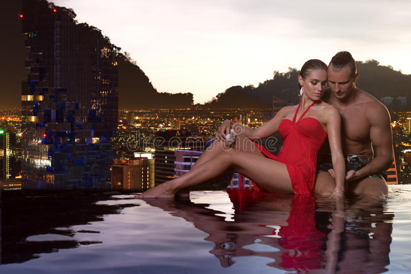 Романтичные пары самостоятельно в бассейне безграничности стоковые изображения rf
