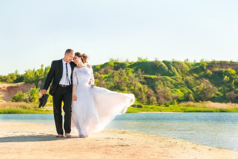Романтичные пары свадьбы на береге Невеста с холит летом на предпосылке космоса озера или конца-вверх и экземпляра моря стоковая фотография rf