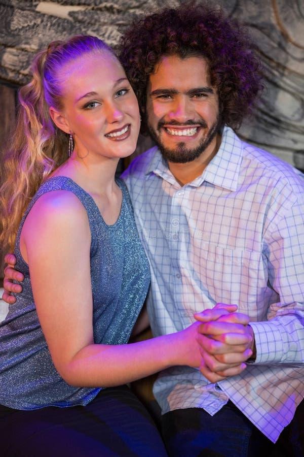 Романтичные пары сидя совместно в баре стоковые фото