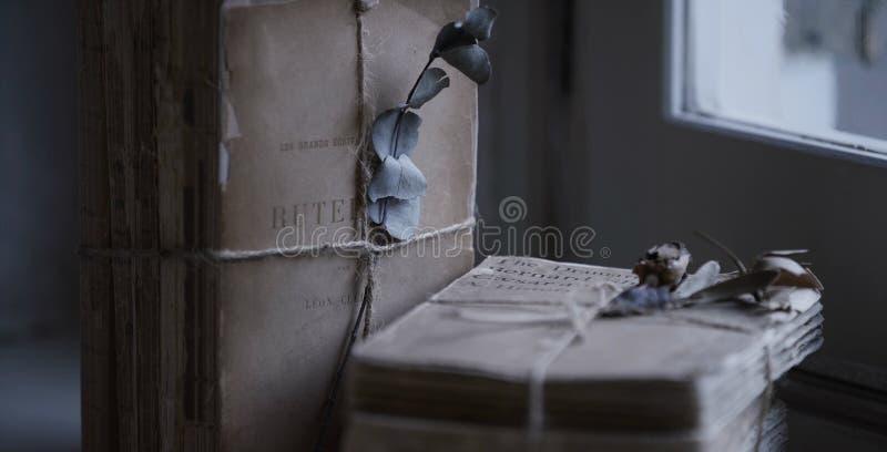 Романтичные письма на таблице стоковые фото