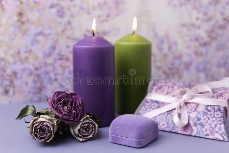 Романтичные предпосылка или свадьба валентинки Свечи, цветки, подарок в фиолетовых тонах Селективный фокус скопируйте космос стоковое изображение rf
