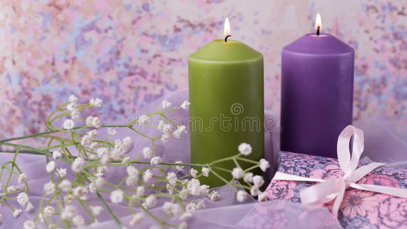 Романтичные предпосылка или свадьба валентинки Свечи, цветки, подарок в фиолетовых тонах Селективный фокус скопируйте космос стоковое фото