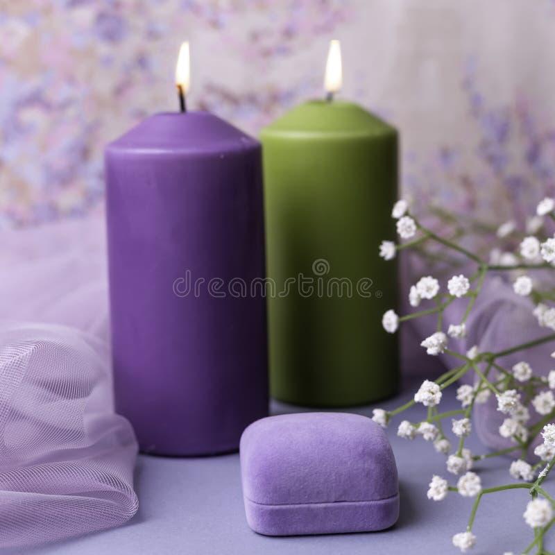Романтичные предпосылка или свадьба валентинки Свечи, цветки, подарок в фиолетовых тонах Селективный фокус скопируйте космос стоковые фотографии rf