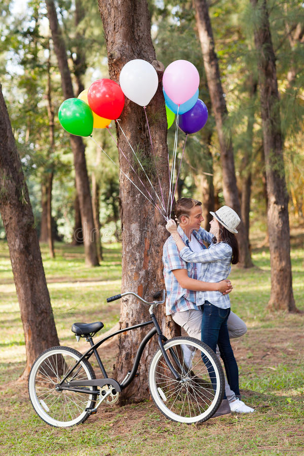 Романтичные предназначенные для подростков пары стоковое фото