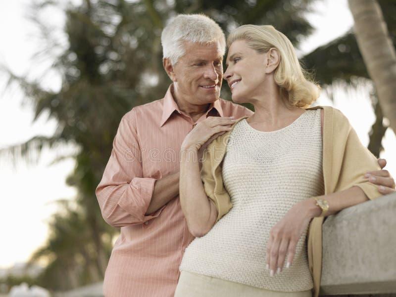 Романтичные старшие пары на пляже стоковые изображения rf