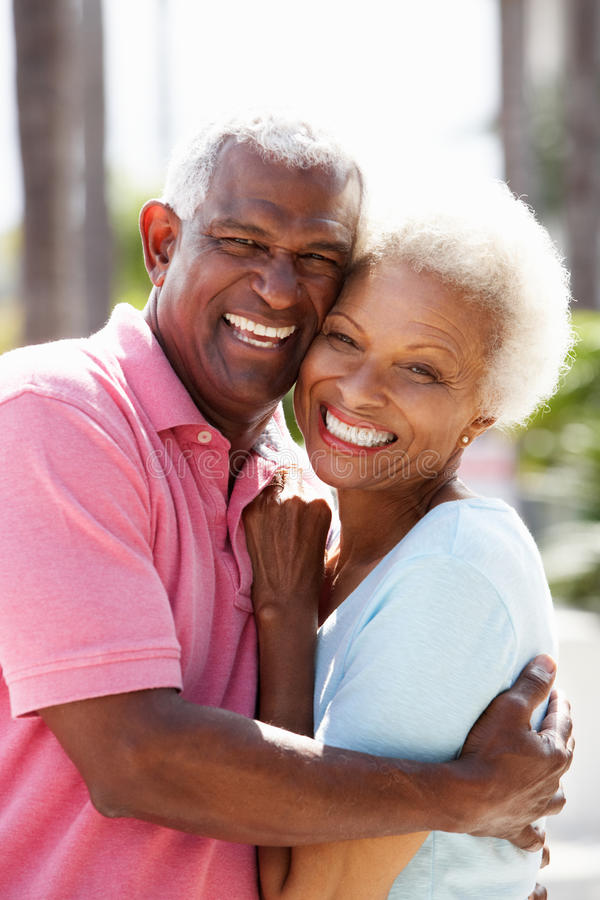 Романтичные старшие пары обнимая в улице стоковые фотографии rf