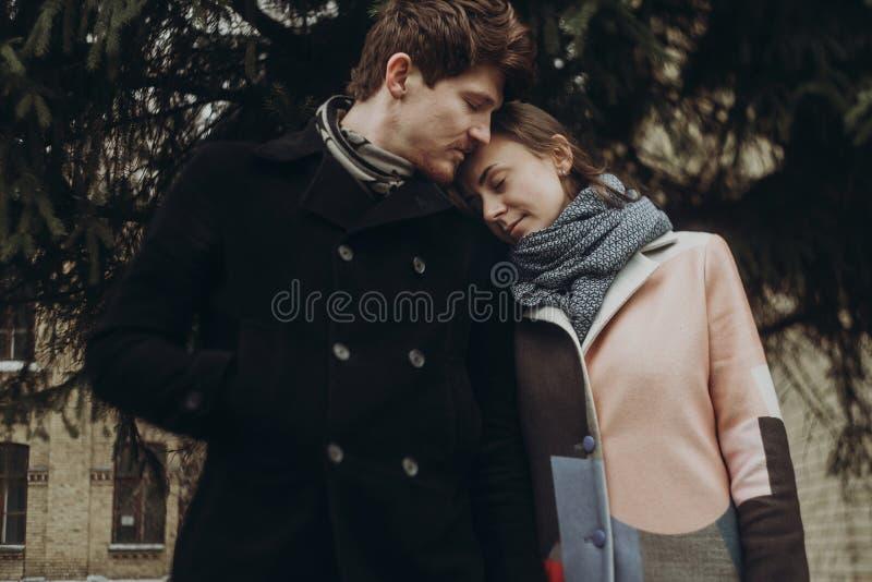 Романтичные стильные пары обнимая нежно в парке осени человек и w стоковая фотография rf