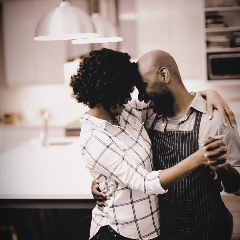 Романтичные танцы пар в кухне стоковые фотографии rf