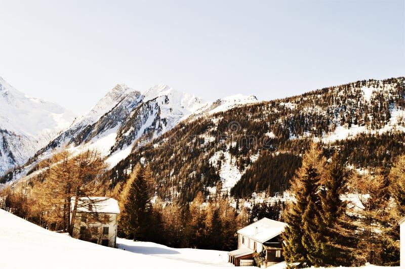 Романтичный ландшафт зимы в швейцарце Альпах, винтажных оттенках стоковые фотографии rf