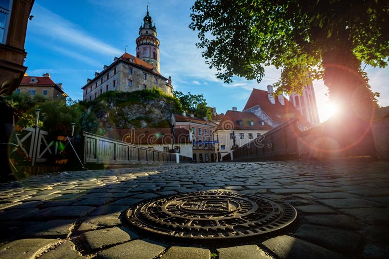 Романтичный взгляд башни замка и вымощенной дороги в Cesky Krumlov стоковая фотография rf
