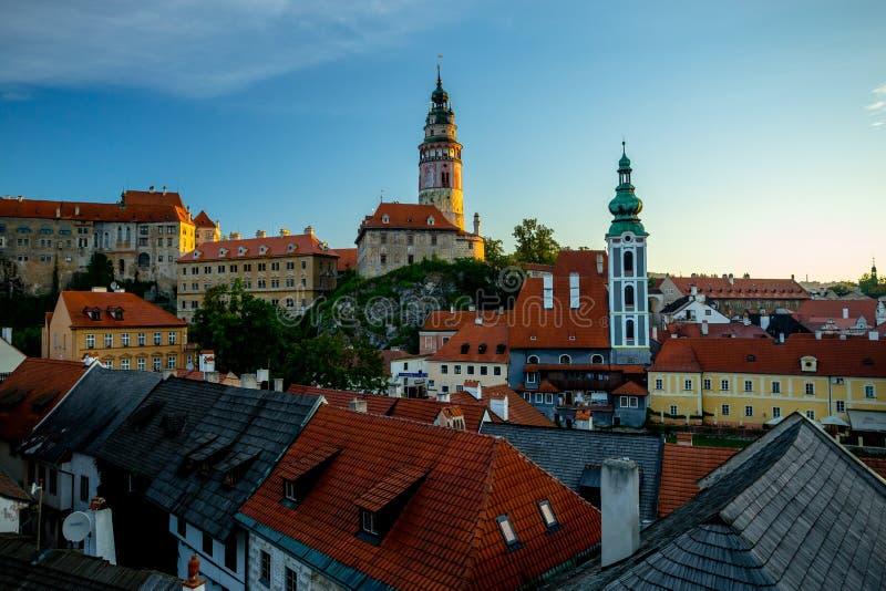 Романтичный взгляд замка и крыш Cesky Krumlov стоковое фото