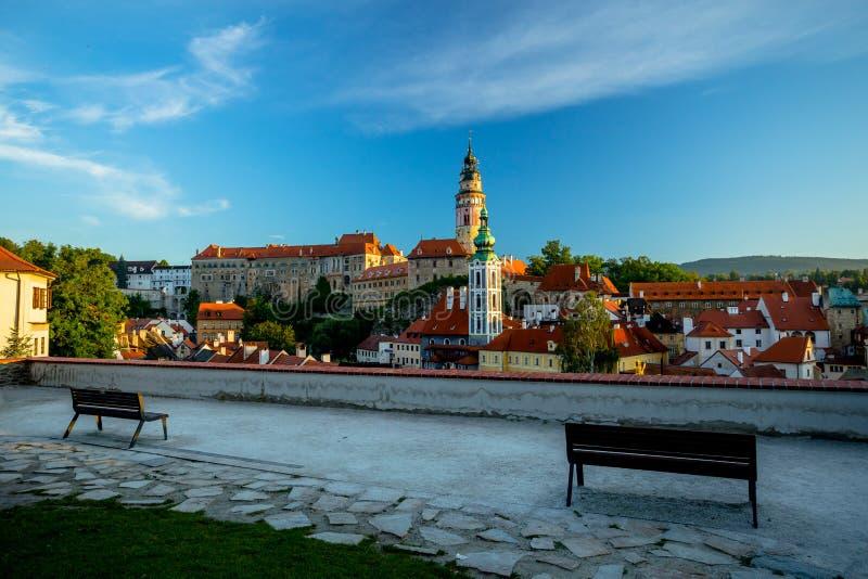 Романтичный взгляд замка и старого центра в Cesky Krumlov с 2 стендами стоковое фото