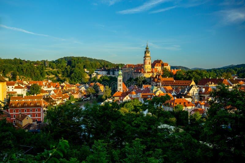 Романтичный взгляд замка и старого центра в Cesky Krumlov стоковые изображения