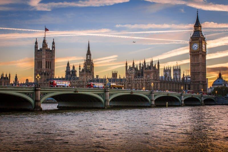 Романтичный взгляд моста Вестминстера и большого ben на заходе солнца, от южного конца реки , Лондон, Англия стоковое изображение rf