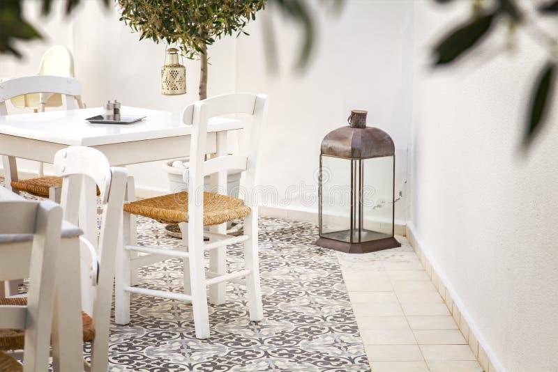 Романтичный двор в Греции стоковое изображение