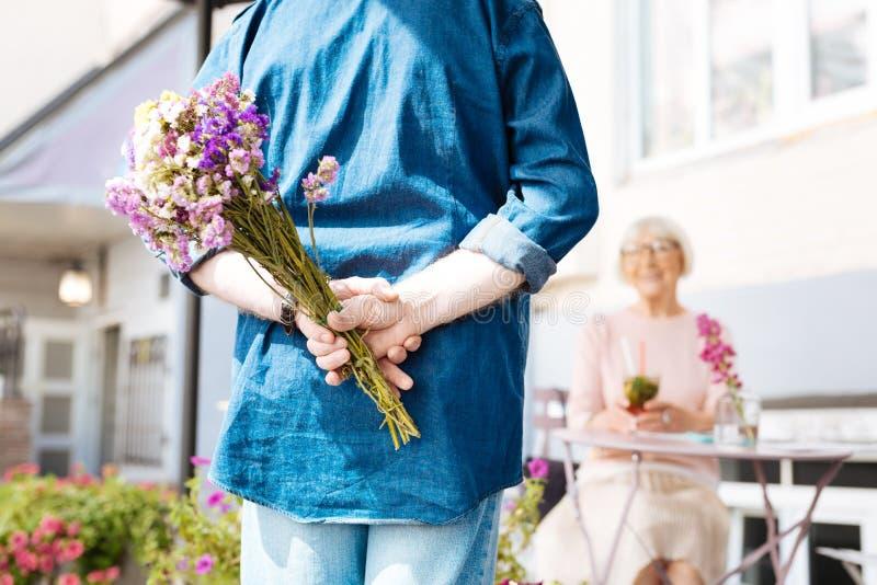 Романтичный добрый человек подготавливая сюрприз стоковая фотография