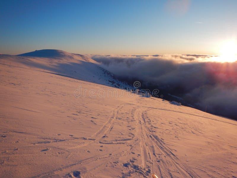 Романтичный заход солнца в горах Krkonose в чехе стоковая фотография rf