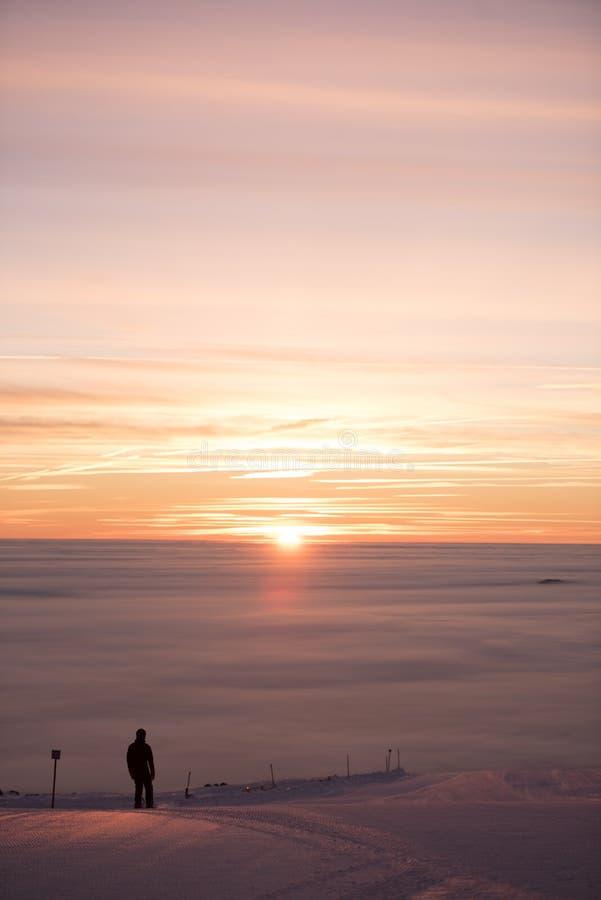 Романтичный заход солнца na górze горы Волшебный туман вокруг Изумительный заход солнца, идет снег совсем вокруг, красота лыжного стоковая фотография