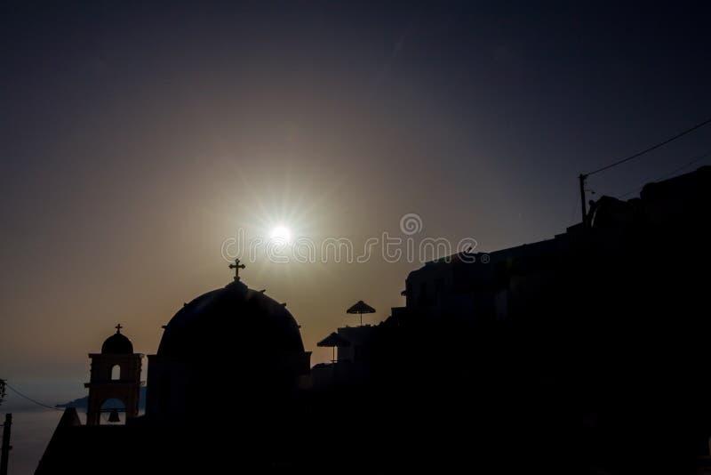 Романтичный заход солнца silhouettes сцена, Santorini, Греция стоковая фотография