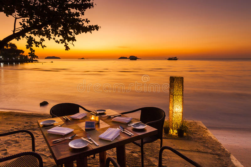 Романтичный заход солнца на береге тропического острова стоковые фотографии rf