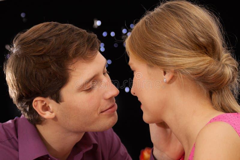 Романтичный момент поцелуя стоковое изображение rf