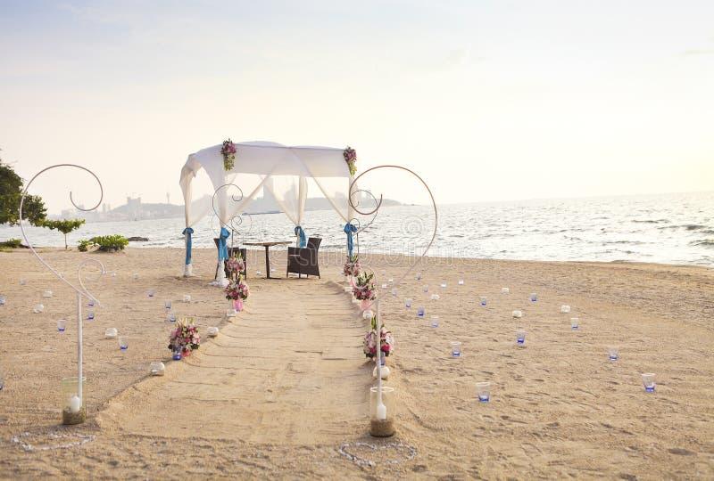 Романтичный обедающий настроенный на пляже стоковое изображение rf