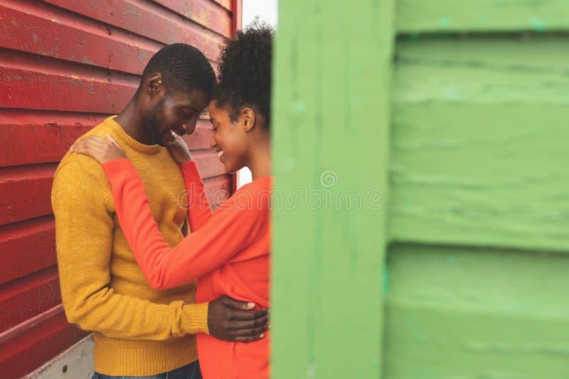 Романтичный один другого обнимать пар в середине хижины пляжа стоковые изображения