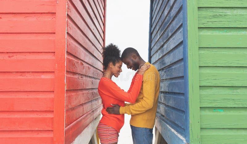 Романтичный один другого обнимать пар в середине хижины пляжа стоковая фотография