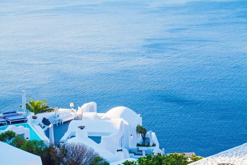 Романтичный остров Santorini Любовники, медовый месяц и релаксация острова стоковые изображения
