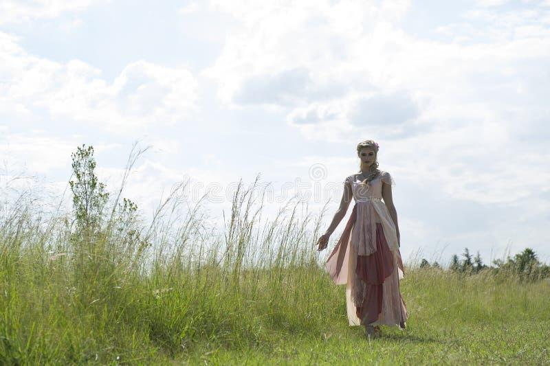 Романтичный портрет богемской блондинкы в поле травы стоковые фотографии rf