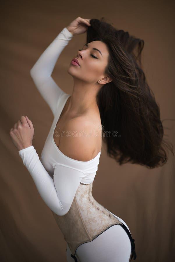 Романтичный портрет девушки с красивой диаграммой стоковое фото rf