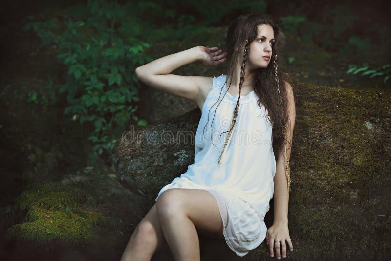 Романтичный портрет женщины в потоке леса стоковое изображение